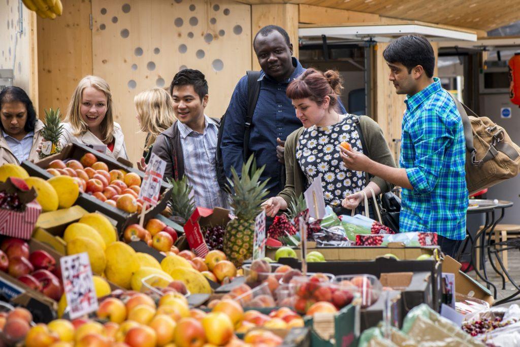 Chợ gần trường đại học Kingston
