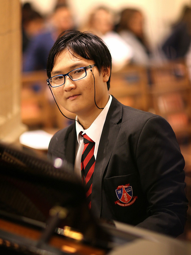 Thái Anh chơi đàn trong lễ tốt nghiệp các anh chị khoá trên tại trường.